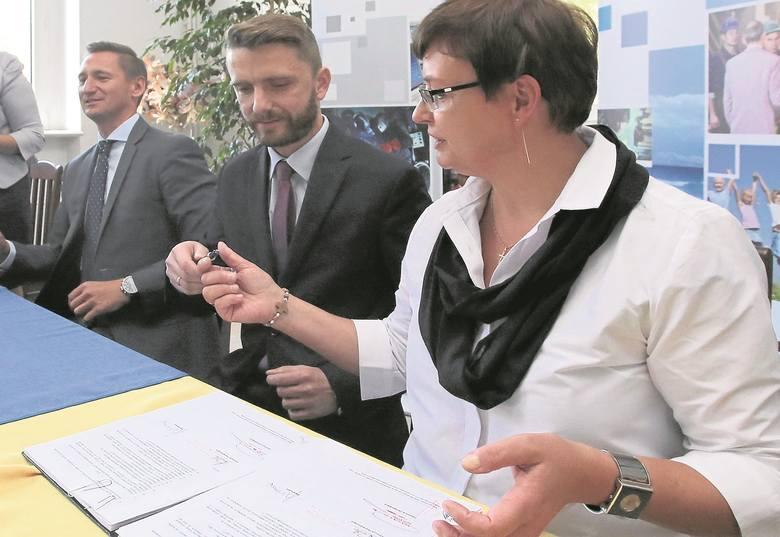 Jako pierwsza z naszego regionu umowę na 1725 tys. zł  podpisała Urszula Witkowska, dyrektor PUP w Goleniowie