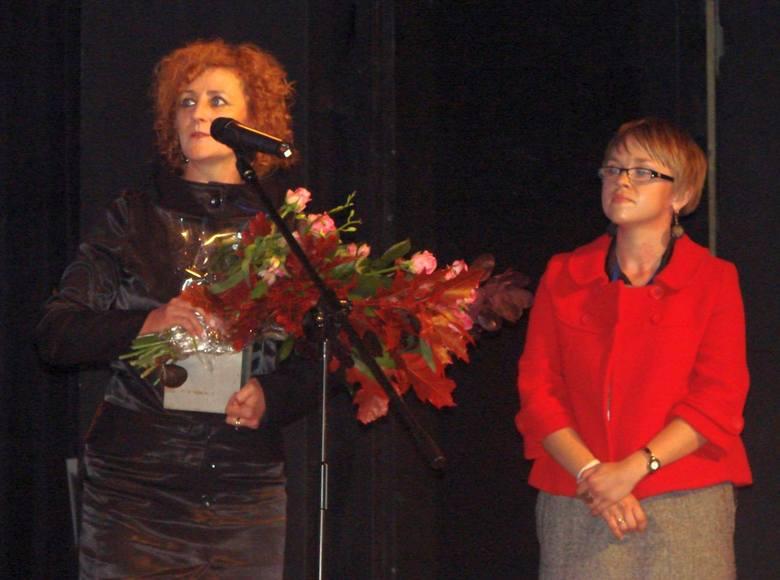 Dyrektor Lucyna Mizera, autorka nagrodzonego programu, i współpracująca z nią Edyta Lisek-Lubaś, podczas odbierania nagrody w Teatrze Dramatycznym w