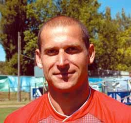 Andrzej Olszewski, urodzony: 21-02-1975 w Łapach, wykształcenie: wyższe; wzrost/waga: 190 cm/85 kg; zalety boiskowe: gra na linii, refleks; sukcesy: