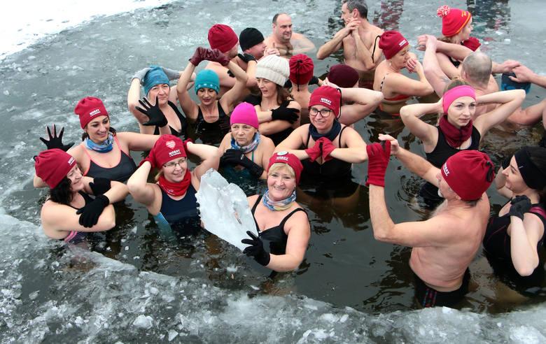 Jak co niedzielę [przed południem zebrały się Morsy z Grudziądza aby wspólnie wskoczyć do lodowatej wody.
