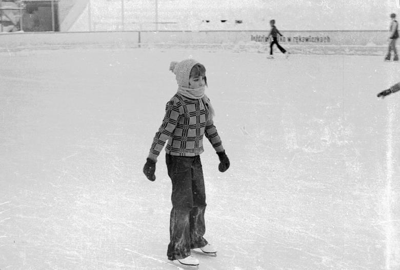 Na klatkach głównie zdjęcia dziewczynki jeżdżącej na łyżwach. Gdzie? Sądząc po otoczeniu, jest to lodowisko Lodogryf.