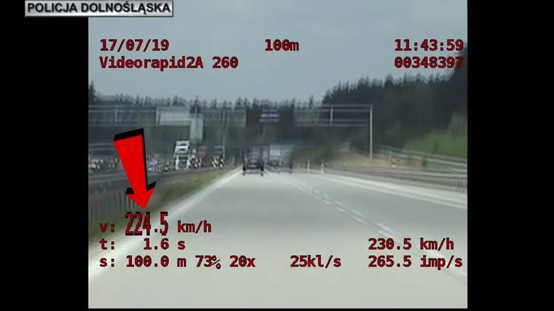 """224 km/h na autostradzie. Pirat drogowy zatrzymany przez specjalną grupę """"Speed"""""""