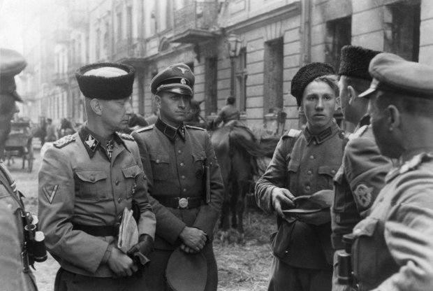 """SS-Gruppenführer Heinz Reinefarth w czapce """"kubance"""" oraz żołnierze 3 Pułku Kozaków płk. Jakuba Bondarenki - okolice ul. Wolskiej w"""