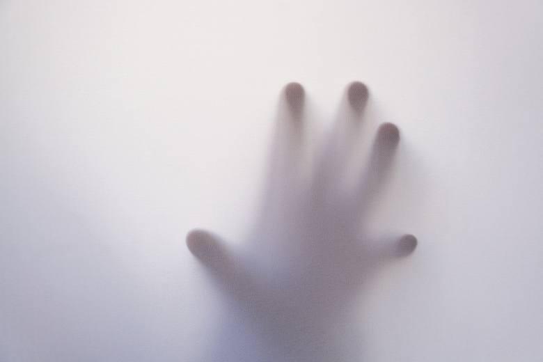 Paraliżowi sennemu często towarzyszy uczucie, że coś lub ktoś nas dotyka.