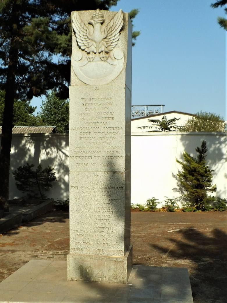 Obelisk z napisem po polsku w centralnej części cmentarza