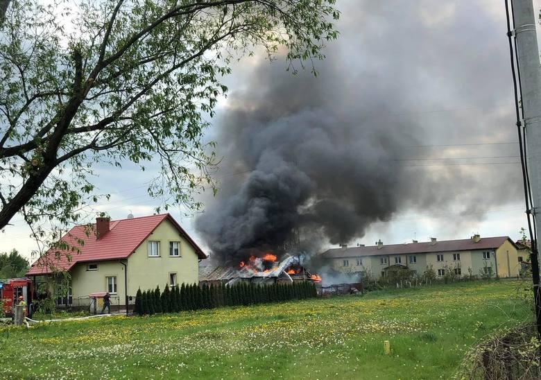 Sandomierz. Pożar budynku przy ulicy Wielowiejskiej, na miejscu pracowali strażacy i policjanci (ZDJĘCIA CZYTELNICZKI)