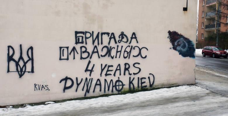 """W piątek na budynku przy ulicy Nad Śluzami w Słupsku pojawił się napis """"Brygada Odważnych, 4 lata, Dynamo Kijów"""". Napis jest wykonany z elementami symboliki"""