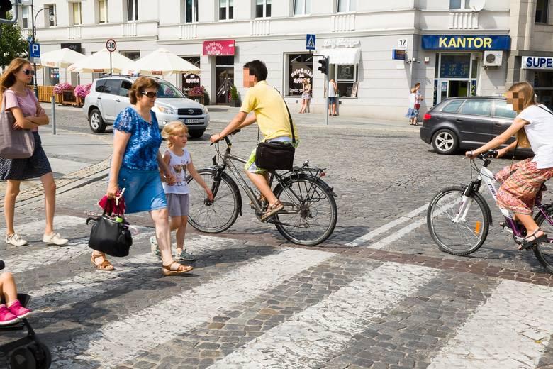 Widok rowerzystów przejeżdżających po przejściu dla pieszych nie jest w Białymstoku czymś niezwykłym. Zdjęcie ilustracyjne