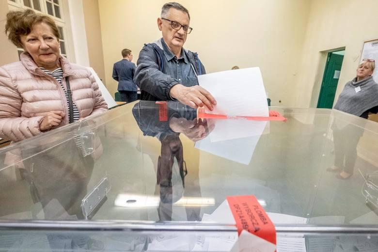 13.10.2019 poznan rw lokal wyborczy numer 83 w sp garbary. glos wielkopolski. fot. robert wozniak/polska press