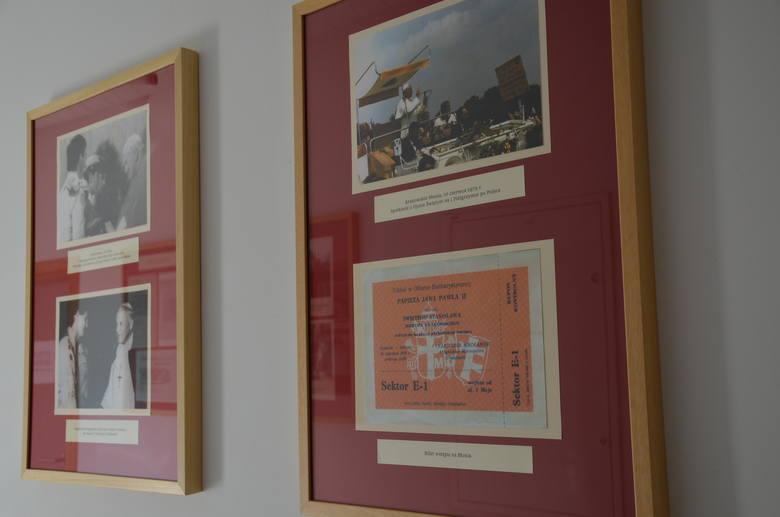 Niepołomice. Wspomnienia mieszkańców o Janie Pawle II. Wystawa w bibliotece oraz online