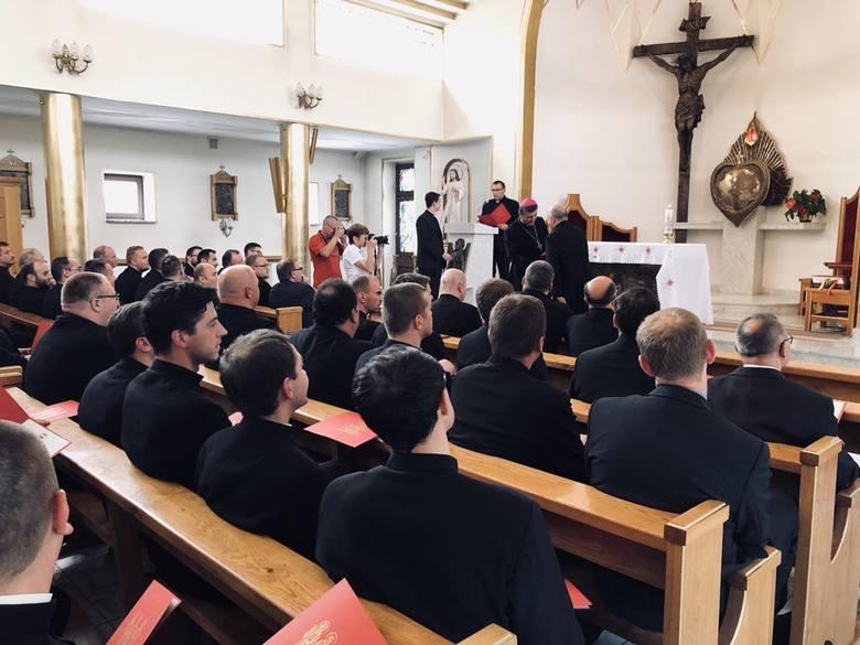 W sierpniu w parafiach diecezji bielsko-żywieckiej rozpoczną posługę nowi duchowni. Na zdjęciu uroczystość skierowania