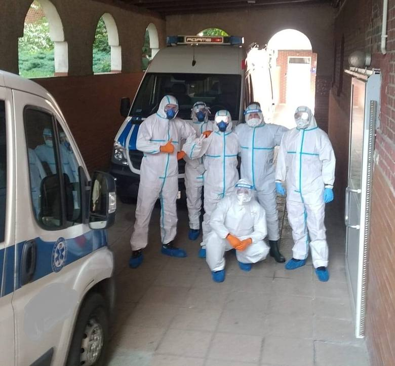 Pracownicy przed akcją przewiezienia pacjentów z oddziału wewnętrznego Szpitala Uniwersyteckiego w Zielonej Górze do izolatorium w jednym z zielonogórskich akademików.