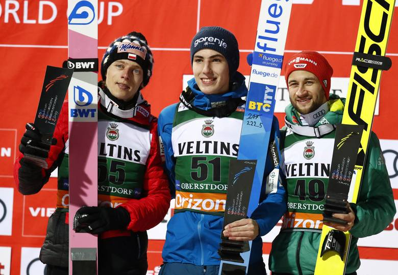 Podium piątkowych zawodów PŚ w Oberstdorfie, od lewej: Dawid Kubacki, Timi Zajc i Markus Eisenbichler