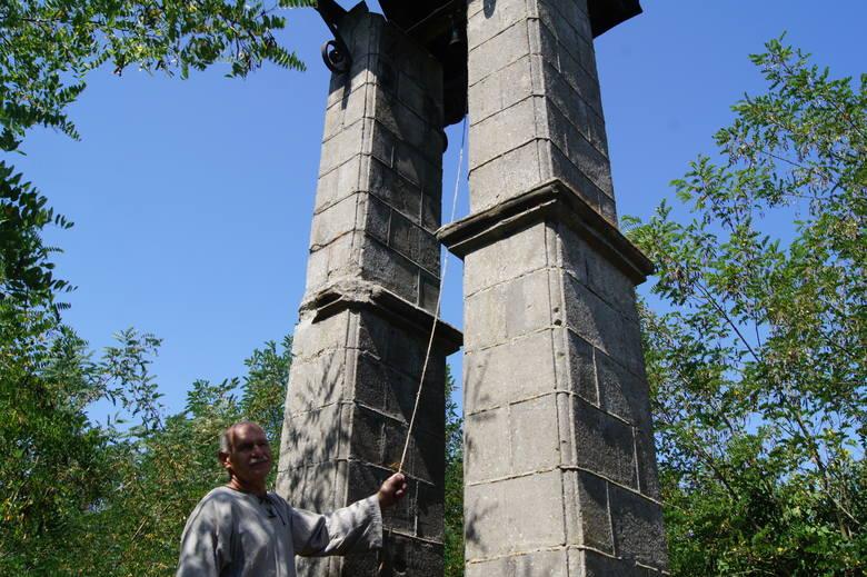 Betonowa dzwonnica pochodzi z przełomu XIX i XX wieku. Staraniem lokalnych mieszkańców kilkanaście lat temu naprawiono jej dach.