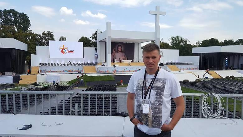 Arkadiusz Bąk na krakowskich Błoniach.  Nadzoruje podczas Światowych Dni Młodzieży projekt budowy sieci  energetycznej.