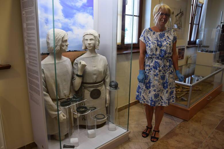 Barbara Piechaczek, dyrektor Powiatowego Muzeum Ziemi Głubczyckiej obok gabloty ze skarbem z Jabłonki