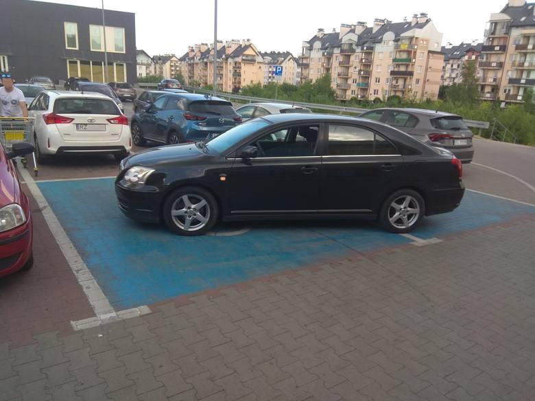 - Ul. Leska, parking przed Biedronką. Za szybą nie było informacji, że kierowca jest osobą niepełnosprawną - pisze internauta.