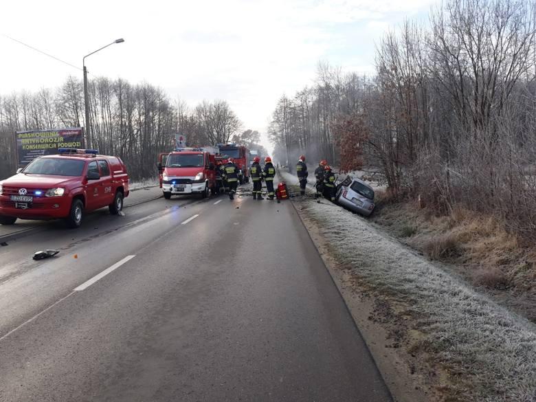 Śmiertelny wypadek koło Zduńskiej Woli. Zderzenie we wsi Suchoczasy miało miejsce 6 grudnia wczesnym rankiem. W wypadku uczestniczyły auta osobowe i