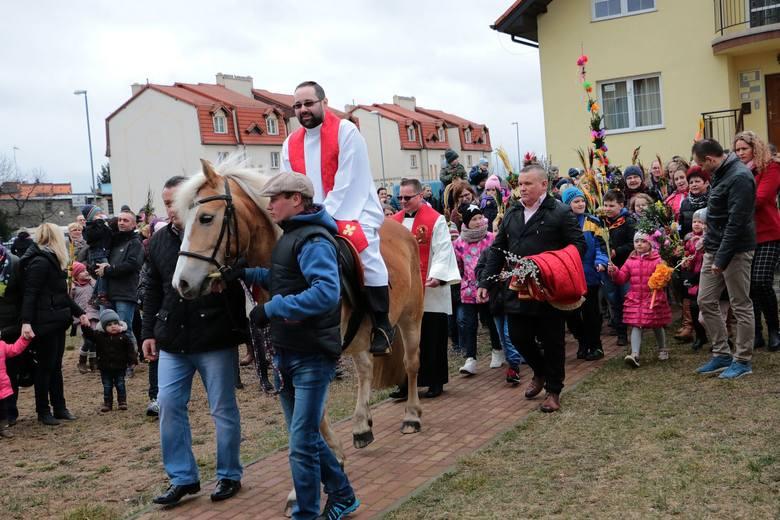Tłum wiernych wziął udział w procesji, która odbyła się w palmową niedzielę, 20 marca, wokół kościoła-sanktuarium Pierwszych Męczenników Polski w Międzyrzeczu.Dzieci