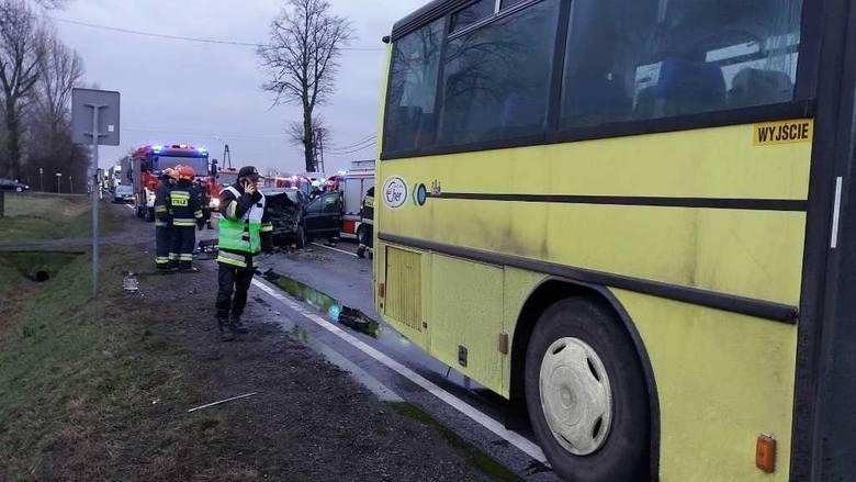 W środę po godz. 15 na drodze krajowej nr 25 na wysokości wsi Piątek Mały i Piątek Wielki w powiecie kaliskim doszło do wypadku. Zderzył się tam samochód