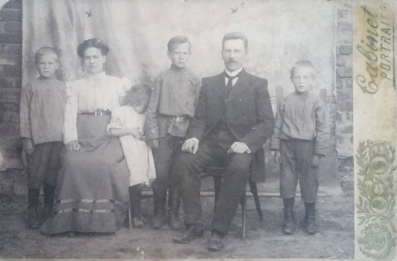 Rodzina Jurkojciów. Wiktoria i Adam z dziećmi (od lewej): Janem, zawstydzoną Zofią, Wacławem i Stanisławem
