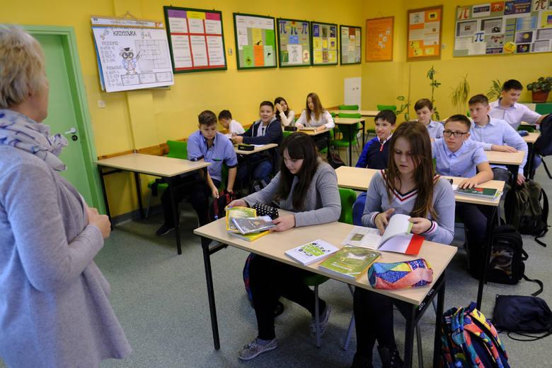 Obecnie nauczyciele nie mogą zlecać uczniom obowiązkowych zadań i wystawiać ocen