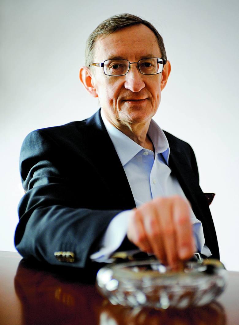 Józef Pinior w 1981 roku był rzecznikiem finansowym dolnośląskiej Solidarności. Na niecałe dwa tygodnie przed stanem wojennym ukrył pieniądze związ