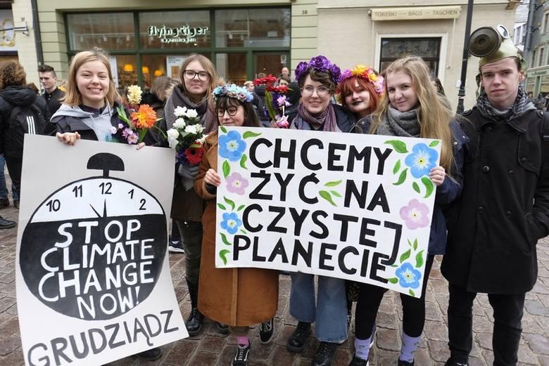 Pod pomnikiem Mikołaja Kopernika w Toruniu miał miejsce protest w ramach Młodzieżowego Strajku Klimatycznego. Do podobnych demonstracji od paru miesięcy