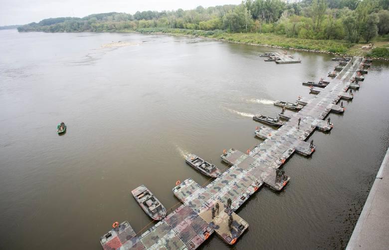 Most pontonowy zbudowany na Wiśle w Warszawie, w pobliżu miejsca, gdzie ścieka dostają się do rzeki i płyną do Bałtyku.