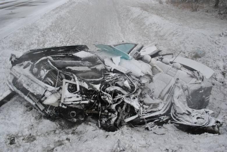 Sztabin. Śmiertelny wypadek na S8. Czołowe zderzenie mercedesa z cysterną (zdjęcia)