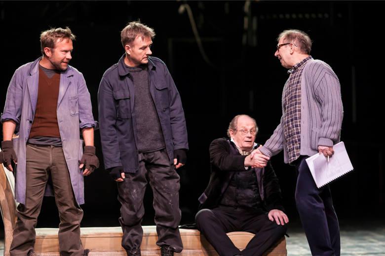 Dziś Witold Dębicki nie jest związany etatowo z żadnym teatrem. Jest wolnym strzelcem. Gra też w filmach