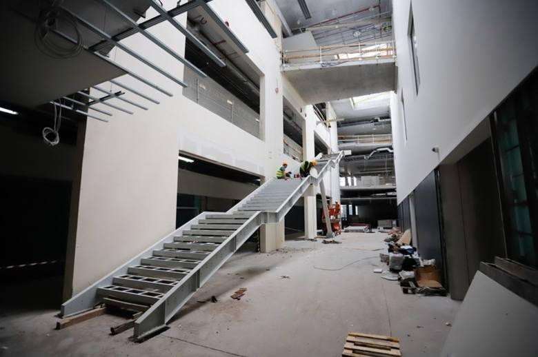 W rozbudowywanym Wojewódzkim Szpitalu Zespolonym w Toruniu trwają prace wykończeniowe i instalacja zakupionego sprzętu, w tym aparatury medycznej najnowszej