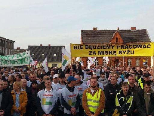 """<strong>Zakładowy związek NSZZ """"Solidarność"""" zorganizował pikietę na rynku w Zbąszyniu. Pracownicy fabryki IKEA Industry w Zbąszynku domagają się wyższych podwyżek płac</strong>"""