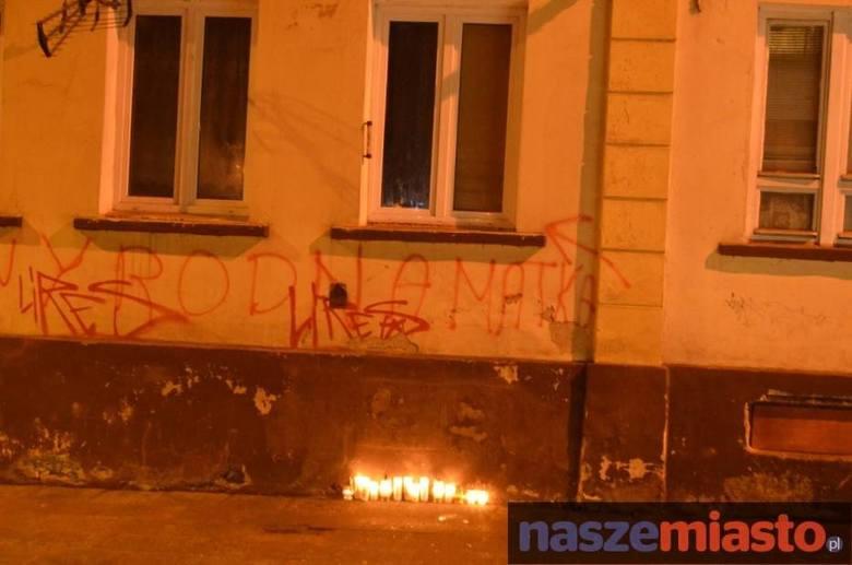 Mieszkańcy spontanicznie przychodzili pod dom rodziny Marcelka i zapalali znicze