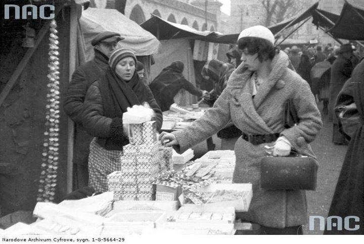 Sprzedaż ozdób choinkowych na Rynku Głównym