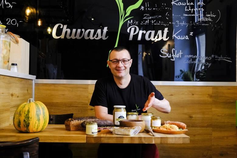 """Filip Malinowski z """"Chwast Prast Vegetarian Bistro"""" prezentuje wegańskie menu wielkanocne. -Wiekszość naszych klientów to mięsożercy. Chcą jeść zdrowo i lekko - mówi."""