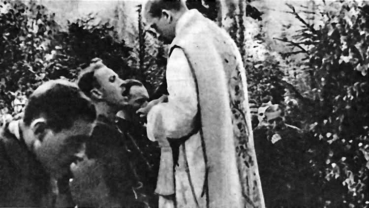 """Ksiądz Stanisław Czernik pseudonim """"Burza"""" – Kapelan 74 Pułku Piechoty Armii Krajowej udziela partyzantom komunii świętej."""