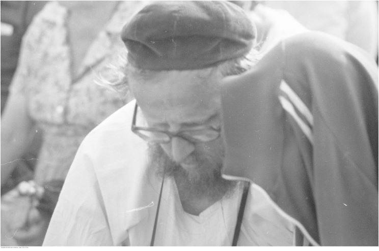 Pobyt papieża Jana Pawła II w Oświęcimiu-Brzezince podczas I pielgrzymki do Polski. Jeden z uczestników mszy św. celebrowanej przez papieża Jana Pawła II na terenie byłego obozu Auschwitz II - Birkenau. Data wydarzenia: 1979-06-07