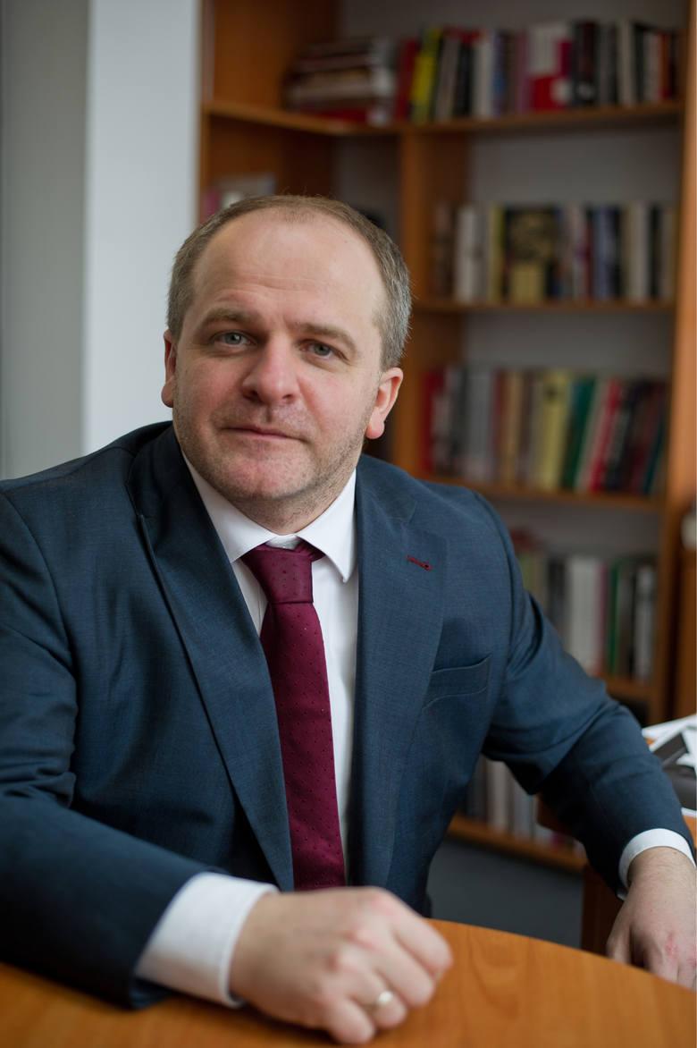 Powinniśmy chuchać i dmuchać na Ukraińców pracujących i uczących się w Polsce - mówi Paweł Kowal. I konsekwentnie wyjaśniać trudną politykę historyc