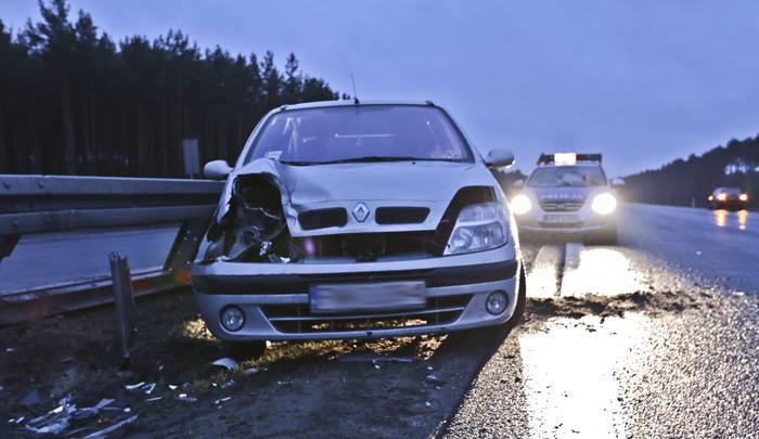 Renault uderzyło w barierki na S3 pod Zieloną Górą