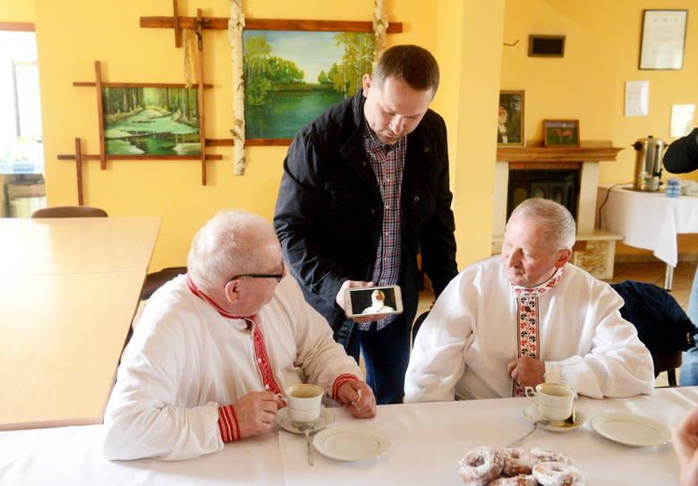 Prezes zielonogórskiego oddziału Polska Press Grzegorz Widenka prezentował białkowianom zwiastun filmu