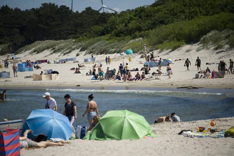 Upalna pogoda sprawia, że nad morzem pojawiło się już wielu turystów. Zobaczcie zdjęcia z wtorkowego popołudnia w Darłowie.Zobacz także Bezpieczne Wakacje