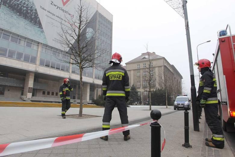 - Więcej informacji udziela policja - mówi dyżurny strażaków. Jednocześnie dodaje, że nie chodzi o zgłoszenie takie jak np. zadymienie budynku.<br /> <strong>Przejdź do kolejnego zdjęcia ---></strong><br />