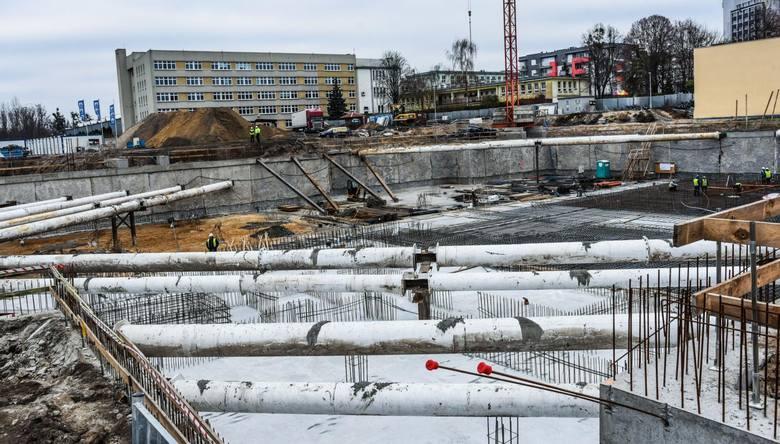 Zakończenia tej inwestycji wielu bydgoszczan nie może się doczekać. W tym tygodniu na placu budowy nowego kompleksu Astorii w Bydgoszczy pojawiły się