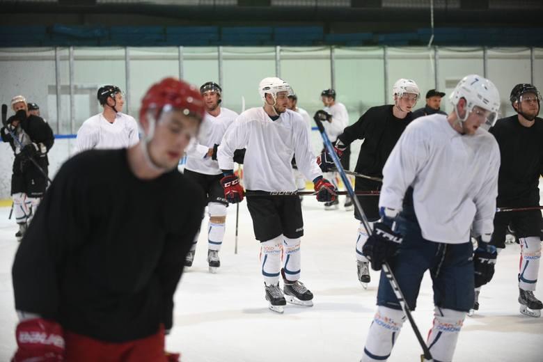 W poniedziałek wieczorem hokeiści Energi po raz pierwszy przed nowym sezonem wyszli na lód. W treningu, który pod nieobecność trenera Juryja Czucha (wyjechał