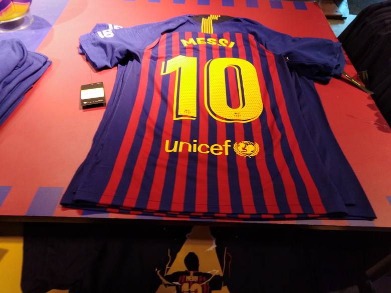Odwiedziliśmy oficjalny sklep FC Barcelony. Wybór gadżetów jest w nim ogromny, a każdy znajdzie coś ciekawego dla siebie. Zapraszamy do oglądnięcia zdjęć.ZOBACZ