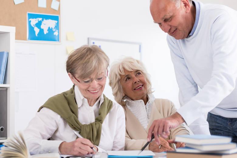Kiedy złożyć w ZUS wniosek o emeryturę? Termin przejścia na emeryturę wpływa na jej wysokość.