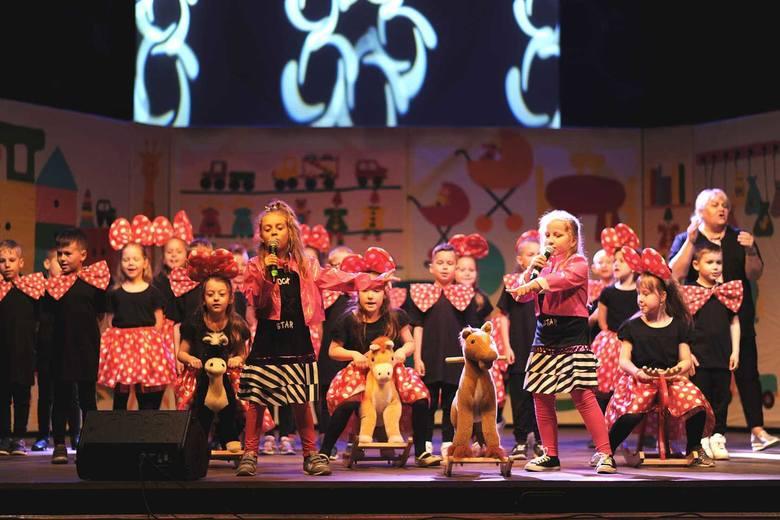"""Inowrocławskie Przedszkole nr 20 """"Kujawskie dzieci"""" świętuje jubileusz 30-lecia działalności. Z tej okazji w teatrze odbyła się okolicznościowa"""