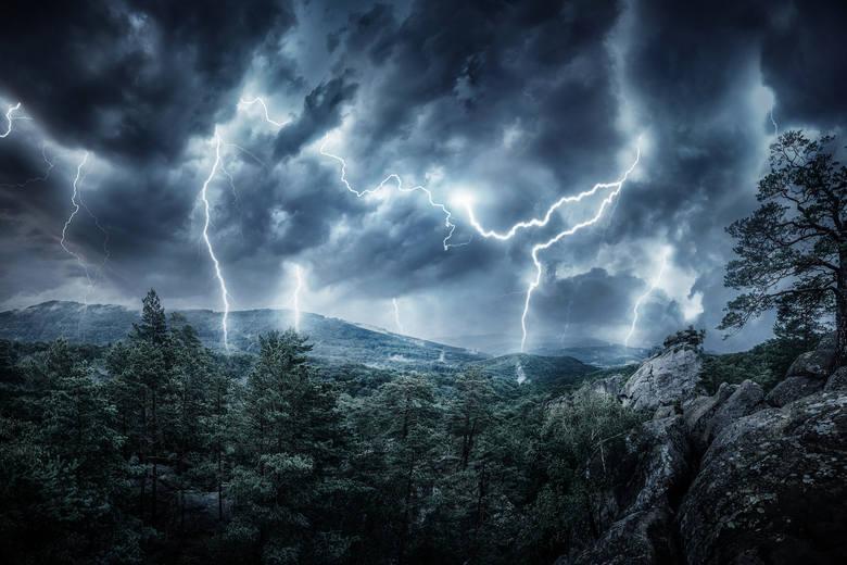 2. Jeśli burza zastanie cię w górach - schodź jak najszybciej w dół, wyłącz telefon komórkowy, unikaj otwartych przestrzeni, samotnych drzew i strum