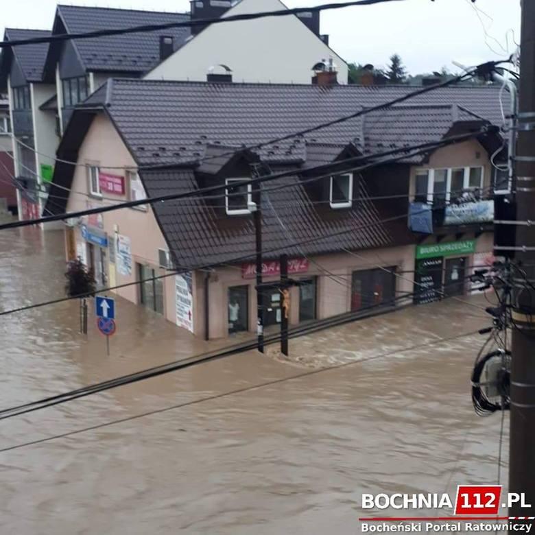 Łapanów walczy z powodzią po gwałtownej, nocnej ulewie. Przerwany wał na Stradomce, zalane drogi i domy [ZDJĘCIA, WIDEO]